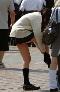 膝を上げてソックス直しの体勢ですが、ソックスを履き替えています。パンツからハミ出ているお尻のお肉が少し見えてます。