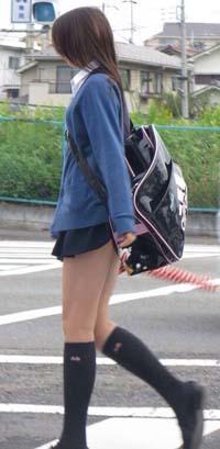 カバンがお尻の位置にあってスカートが少し持ち上がり、もう少しでパンツが見えそうな細身のJK。