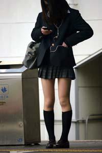 キレイな脚のJKが駅のホームに立っています。スカートの長さとキレイな脚が絶妙で一押しのJKです。