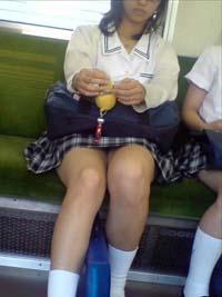 電車のシートに座るJKを正面撮り。ちょっと太いけどギリギリまで見えています。