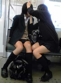 シートに座って楽しげなJK二人。二人とも小柄でキレイな脚が萌えます。