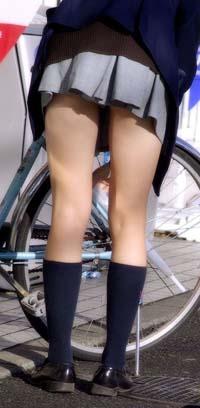 自転車の鍵を外しているJKが少し前かがみで脚の付け根まで見えてます。キレイな脚にパンツが見えるか見えないか、たまりません。