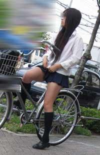 自転車で信号待ちのJK。フトモモを触ったら肌触りが気持ち良さそうな脚です。