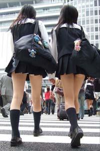 セーラータイプの制服二人組。左の娘は白いものが見え、右の娘はハミケツに萌え。