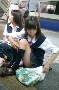 駅のホームでノコノコ座っちゃうJK。お股に白いものが見えてますよ。