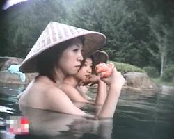 自然の景色が美しい山の中の大きな露天風呂で女子のハダカを盗撮してます。