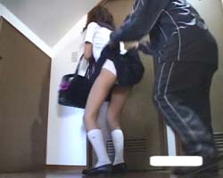 逃げても追われてスカートをめくられるJK。
